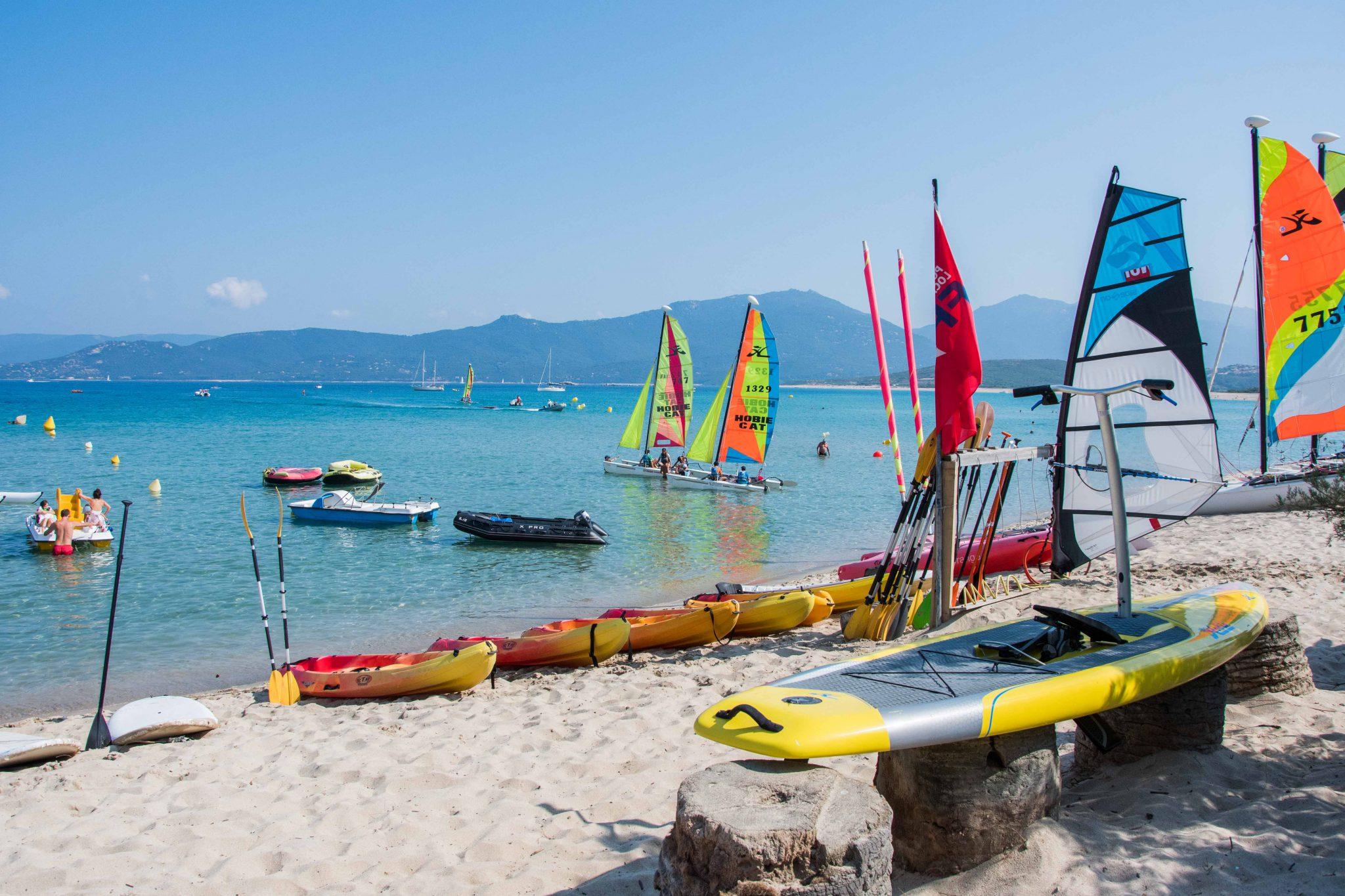 Activités nautiques à Portigliolo : planche à voile, kayak, pédalo