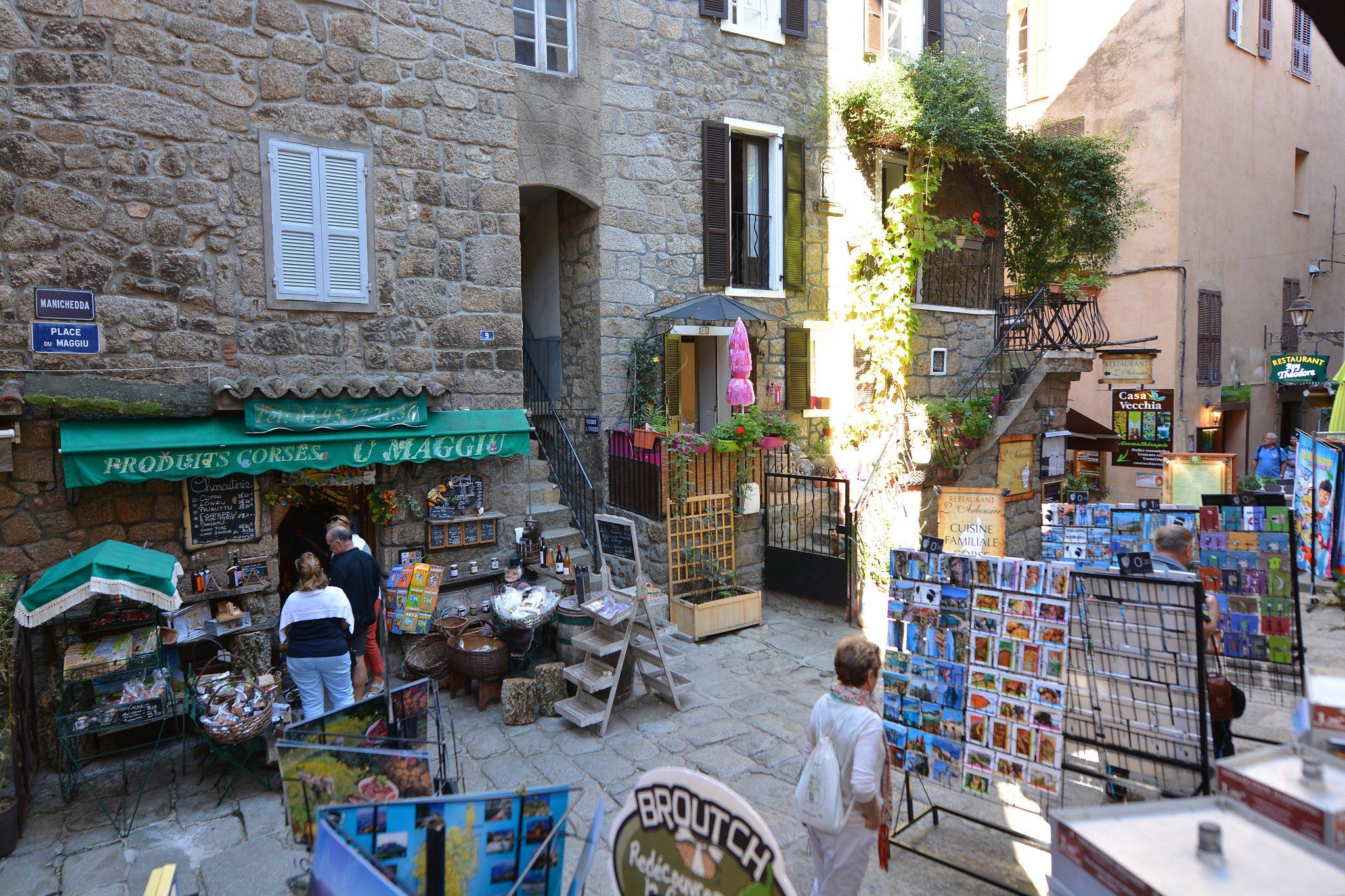 Shopping vieille ville Sartène corse du sud. Village authentique corse