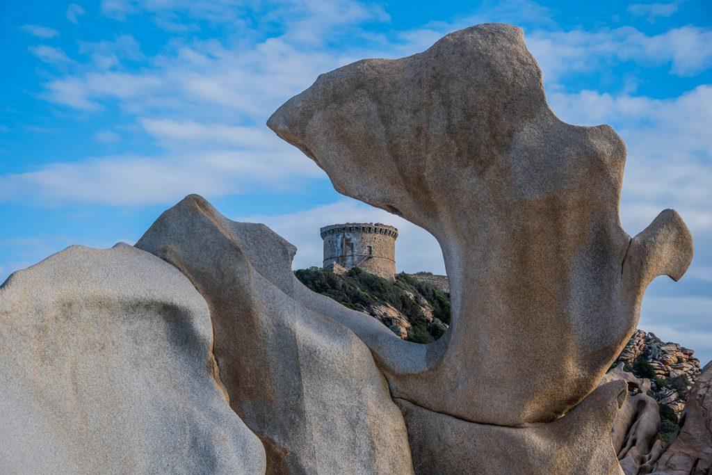 Rocher et vue sur la tour génoise de Campomoro